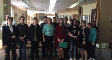 Посещение выставки, посвященной матери , в библиотеке имени Зои Космодемьянской